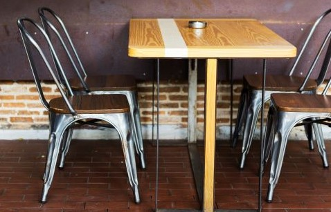 Strengthen Your Restaurant Decor Using Furniture With Stylish Metal Legs